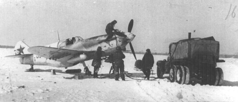 Фото с сайта www.airforce.ru автор Андрей Зинчук. Идет заправка самолета. 255 иап, март 1942 г.