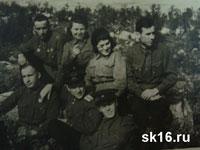 Во втором ряду: первый слева Харламов М.И., в первом ряду: первый слева Попов С.П., третий слева вероятно Власов А.Ф.