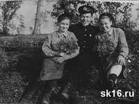 Пунанов И.И. и девушки краснофлотцы. 1943 год.